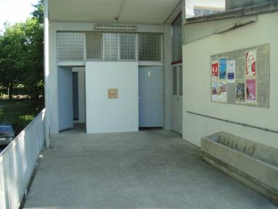 Toilettes et point d'eau sur la place de jeux pour enfants Terrains de sport de la Bl�cherette � Lausanne